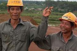 Công nhân Trung Quốc ở công trường khai thác bauxite Tân Rai, Lâm Đồng. Photo courtesy of SGTT.