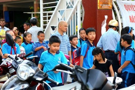 Học sinh tan học tại một trường tiểu học ở Thành phố Hồ Chí Minh.