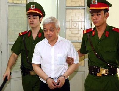 Cựu tài phiệt Nguyễn Đức Kiên được dẫn vào phòng xử án tại Tòa án nhân dân Hà Nội vào ngày 09 tháng 6 năm 2014. AFP photo