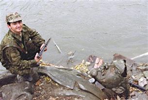 Tượng khổng lồ của Lenine bỉ kéo sập vứt vào một bãi rác dọc bờ sông ở Chechnya. Source Gyennady Tamarin web
