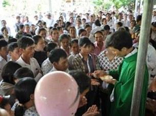 Linh mục Nguyễn Đình Thục đang làm lễ tại Giáo điểm Con Cuông, huyện Con Cuông, tỉnh Nghệ An, thuộc Giáo phận Vinh