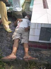 Một người dân tham dự đám tang ở Cồn Dầu bị công an đánh bất tỉnh. RFA