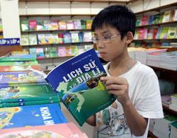 Một học sinh đang đọc sách Lịch Sử và Địa Lý, ảnh minh họa. Photo courtesy of vtc.