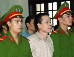 Anh Đoàn Văn Vươn tại phiên xử ở Tòa án Hải Phòng hôm 2 tháng 4 năm 2013. AFP PHOTO.