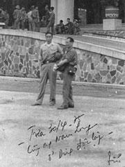 Nhà báo Bùi Tín và Tướng CSVB Nam Long trưa 30-4-1975 ở Dinh Độc Lập. File photo