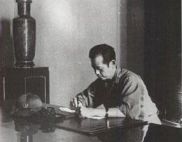 Nhà báo Bùi Tín đang viết bài trong Dinh Độc Lập ;ngày 30 tháng Tư, 1975