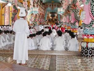 Đồng đạo Cao Đài đang cử hành lễ, ảnh minh họa.