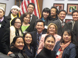 Bà dân biểu Ileana Ros Lehtinen chụp ảnh kỷ niệm với phái đoàn người Việt. RFA