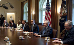 Tổng thống Mỹ Barack Obama gặp lãnh đạo Quốc hội về các cuộc đàm phán ngân sách trong phòng nội các của Nhà Trắng ở Washington, DC hôm 11 tháng Bảy năm 2011. AFP photo.