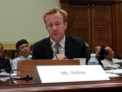 """Ông John Sifton phát biểu tại Buổi điều trần mang tên """"Việt Nam vẫn duy trì chính sách đàn áp"""" tại Quốc Hội Hoa Kỳ hôm 4/6/2013. RFA PHOTO."""