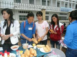 Bánh mì miễn phí cho các thí sinh tại điểm tiếp sức của Dây Tơ Hồng. Courtesy daytohong.net