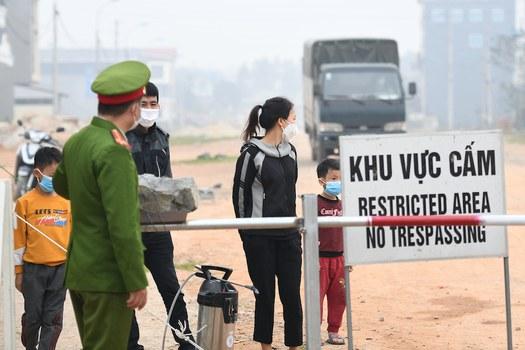 Hình minh hoạ. Người dân đứng trong khu vực phong toả ở xã Sơn Lôi, tỉnh Vĩnh Phúc hôm 20/2/2020