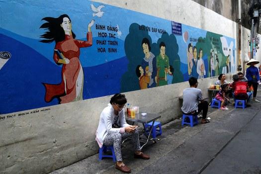 Hình minh hoạ. Người dân tại các quán bán nước ven đường ở TP Hồ Chí Minh hôm 4/6/2019