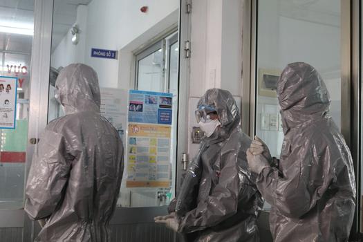 Bác sĩ mặc đồ bảo vệ ở khu vực cách ly tại bệnh viện Chợ Rẫy, thành phố Hồ Chí Minh hôm 31/1/2020