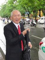 LS Trần Quốc Thuận chuẩn bị lên đường đến tòa. Source anhbasam