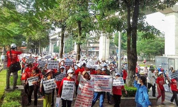 Những người dân oan có mặt tại Hà Nội bắt đầu xuống đường diễu hành biểu tình lớn, kéo vào trung tâm TP Hà Nội với sự tham gia của gần 1000 người phản đối bản án của bà Cấn Thị Thêu.(tháng 11, 2014)