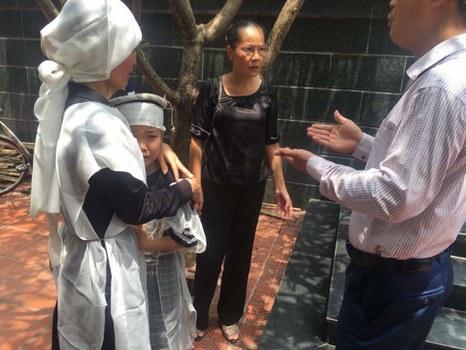 Vợ và con trai ông Hoàng Tuấn Long ở đám tang của ông ở Hà Nội hôm 26/8/2018