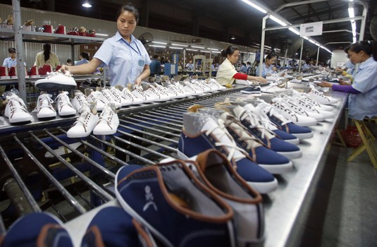 Công nhân làm việc tại một xưởng giày dép ở Hà Nội
