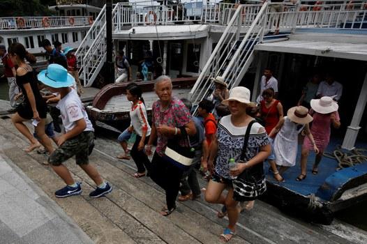 Du khách Trung Quốc tham quan Vịnh Hạ Long