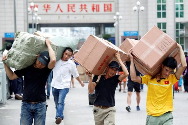 Hàng hóa khuân vác từ Trung Quốc ở TP. Móng Cái tại cửa khẩu biên giới