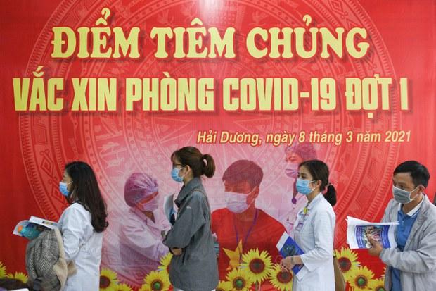 """Chậm mua vắc-xin: Việt Nam """"ngủ quên trong chiến thắng""""?"""
