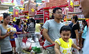 Người tiêu thụ nhộn nhịp trong các siêu thị. RFA