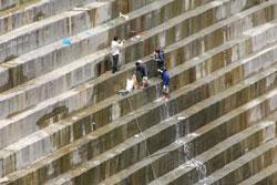 Đập chính thủy điện Sông Tranh 2 đang bị rò rỉ chảy nước, ảnh chụp hôm 19-03-2012. Courtesy bee.vn