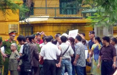 Công an ngăn cản những người tập trung bên ngoài phiên tòa phúc thẩm TS Cù Huy Hà Vũ tại Hà Nội hôm 2-8-2011.