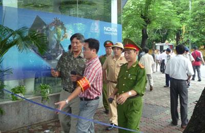 TS Nguyễn Quang A bị ngăn cản khi đến quan sát phiên tòa phúc thẩm TS Cù Huy Hà Vũ sáng 2-8-2011.