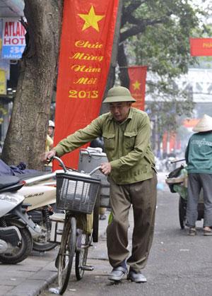 Một bộ đội về hưu đi bán hàng rong. AFP