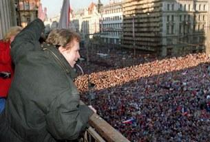 """Václad Havel trước hằng trăm ngàn người mừng ngày """"Cách mạng Nhung"""" thành công 10 tháng 12, 1989"""