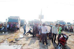 Gần 100 xe chở đất san lấp khu đô thị Golden Hills bị người dân chặn không cho lưu thông. Source dantri online