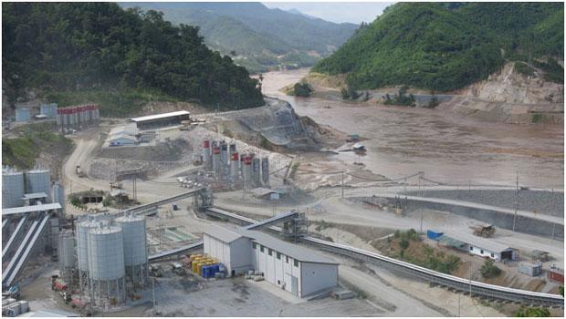 """Toàn cảnh công trường Xayaburi, con đập dòng chính đầu tiên của Lào, thời điểm 2014. Cũng nên ghi nhận là khúc sông Mekong Xayaburi chưa bị """"nghẽn mạch"""" cho tới tháng 2, 2015 và các tổ chức Tổ chức Bảo vệ Môi sinh NGOs vẫn không ngừng nỗ lực ngăn chặn Công ty Áo quốc chuyển giao những Turbines tới vùng xây đập (Source: Tom Fawthrop)"""