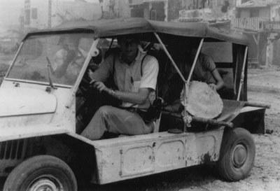 Dùng xe jeep của UPI, ký giả Dan Southerland đưa thường dân Việt Nam bị thương đến nơi an toàn để được chở vào nhà thương, trong trận Mâu Thân II tháng 5-6, 1968.