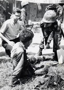 Một quân nhân Việt Nam Cộng Hòa hỏi cung tù binh cộng sản, bên trái là ông Southerland, trong trận Mậu Thân II tháng 5 năm 1968 tại Sài Gòn.