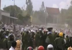 Công an đàn áp giáo dân Giáo xứ Mỹ Yên ở xã Nghi Phương, huyện Nghi Lộc, tỉnh Nghệ An ngày 3/9/2013. Screen capture.