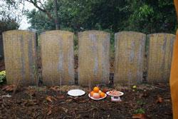 5 tấm bia ghi tên 123 thuyền nhân vắn số được chôn 4 lớp chồng lên nhau tại khu mộ Cherang Ruku. Photo VKTNVN.