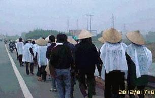 Những người dân ở xã Tiền Phong, huyện Yên Dũng, tỉnh Bắc Giang bị mất đất kéo lên tỉnh biểu tình