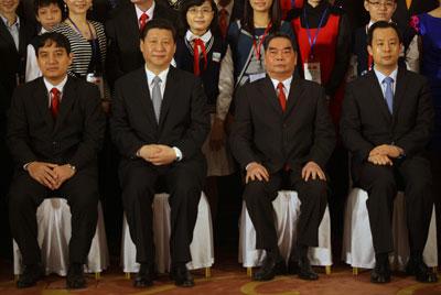 Phó chủ tịch Trung Quốc Tập Cận Bình (thứ 2 từ trái) và Ủy viên bộ chính trị ĐCS VN Lê Hồng Anh (thứ hai từ phải) tham dự một cuộc họp của giới trẻ Việt Nam và Trung Quốc tổ chức tại Hà Nội vào ngày 22 tháng 12 năm 2011. AFP photo
