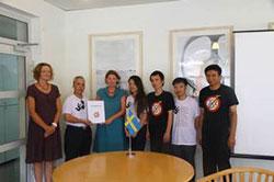 Đại diện Mạng lưới bloggers Việt Nam trao Tuyên bố 258 cho bà Elenore Kanter, phó Đại sứ Thụy Điển. Photo courtesy of cafevn.org