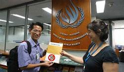 Anh Nguyễn Lân Thắng đại diện nhóm blogger Việt Nam trao Tuyên bố 258 cho đại diện Hội đồng Nhân quyền Liên Hiệp Quốc tại Bangkok hôm 31/7/2013Photo: Nguyễn Lân Thắng