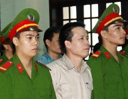 Ông Đoàn Văn Vươn đang nghe tòa án Hải Phòng tuyên án 5 năm tù giam hôm ngày 5 tháng 4, 2013. AFP