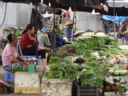 Một chợ nhỏ thưa thớt khách vào buổi sáng. RFA photo