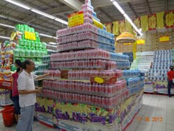 Hàng hóa chất cao trong một siêu thị ở Hà Nội hôm 11/6/2012. RFA photo