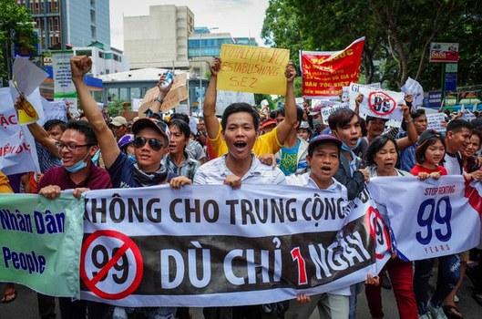 Những người biểu tình hô khẩu hiệu phản đối luật Đặc khu trong cuộc biểu tình ở Sài Gòn hôm 10/6/2018.