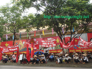 Giáo dân Thái Nguyên vẫn chờ trước cơ quan tiếp dân của UBND Tỉnh Thái Nguyên để gặp chủ tịch tỉnh. Source nuvuongcongly.net
