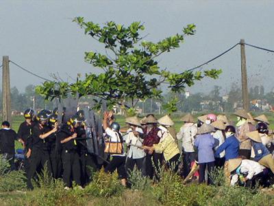 Người dân Nam Định phản đối cưỡng chế đất bị cảnh sát cơ động đàn áp hôm 9/5/2012.