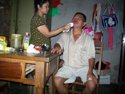 Ông Nguyễn Ngọc Quang được chăm sóc tại nhà sau tai nạn hôm 18/9/2010. Ảnh do thân nhân ông Quang cung cấp.