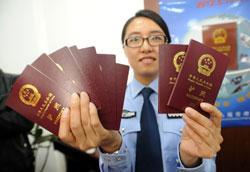 Một nữ công an Trung Quốc ở Giang Tô cầm trên tay những hộ chiếu điện tử mới hôm 08-05-2012. AFP photo.