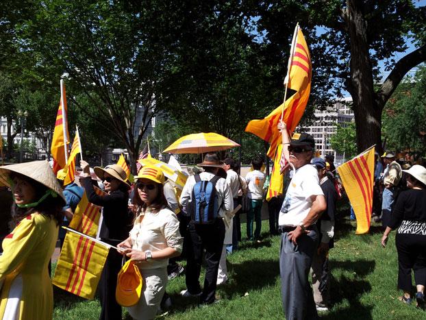 Người Việt ở Mỹ biểu tình chống Chủ tịch nước VN Trương Tấn Sang bên ngoài Nhà Trắng, sáng hôm 25 tháng 7. RFA PHOTO.